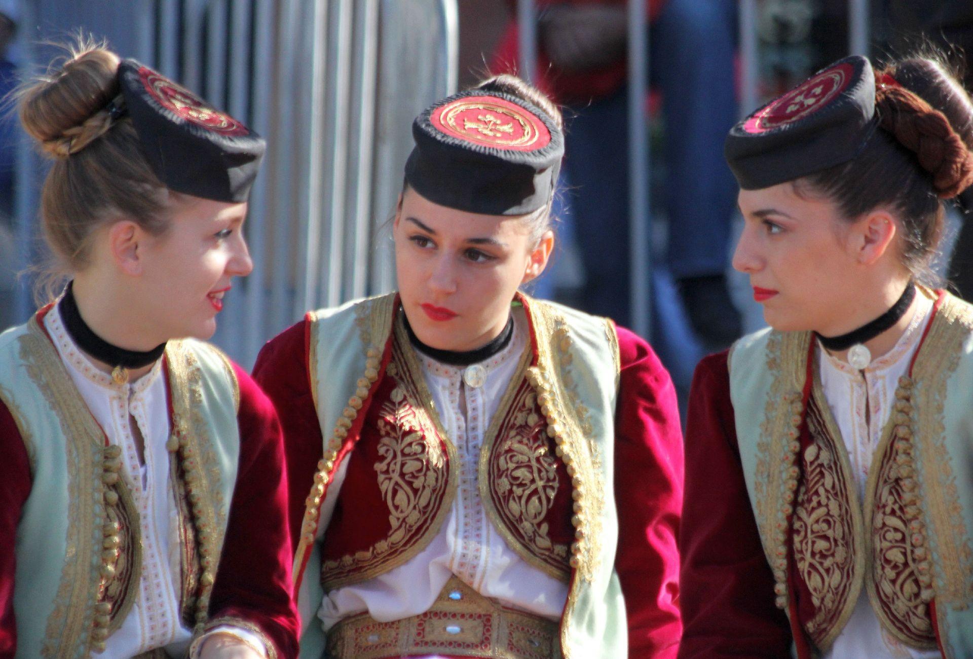 одной стороны фото жителей черногории салоне автомобиля ним